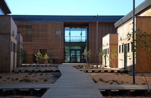 Une architecture bioclimatique pour un bâtiment qui accueillera des entreprises dédiées à la construction durable. © Domolandes