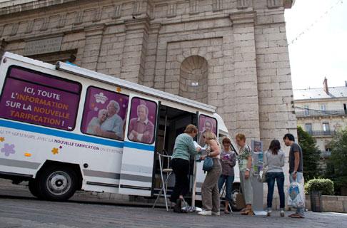 Op�ration d'information dans le centre ville de Grenoble � Moswo/Semitag