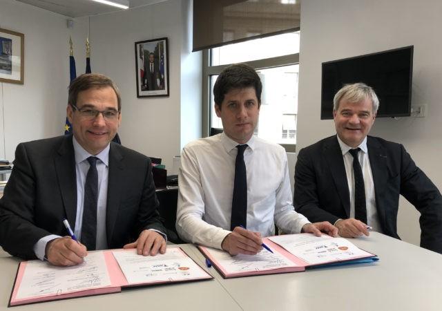 Julien Denormandie et Jean-Marie Sermier (à g.) signent le protocole sur les PLAI adaptés. À dr., Richard Lioger. ©FedEpl