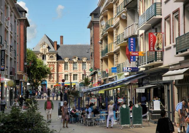 Rue piétonnière à Lisieux.© Grégory Wait